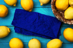 在明亮的深蓝背景的柠檬 库存图片