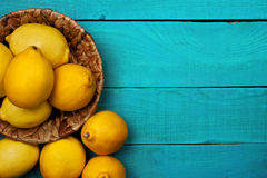 在明亮的深蓝背景的柠檬 免版税库存图片