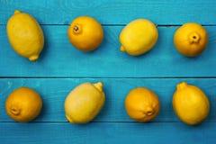 在明亮的深蓝背景的柠檬 免版税图库摄影