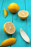 在明亮的深蓝背景的柠檬 免版税库存照片
