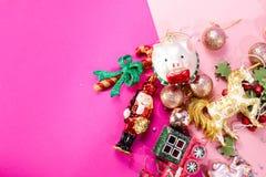在明亮的玩具桌上的圣诞节布局在桃红色背景的与在题字,一张明信片下的一个地方作为礼物 库存照片