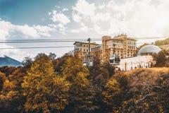 在明亮的秋天天期间,空中览绳 免版税库存图片