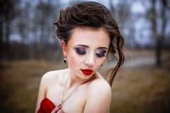 在明亮的红色丝绸折叠的女性 库存图片