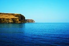 在明亮的绿松石海水附近的岩石海岸线 俄罗斯,Vladivo 免版税图库摄影