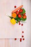在明亮的背景的健康素食者 滋补红色蕃茄和黄色胡椒 玻璃汁液桔子 素食生活方式 库存图片