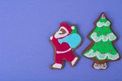在明亮的背景的美丽和鲜美圣诞节酥皮点心 库存图片