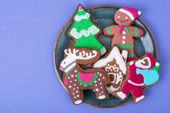 在明亮的背景的美丽和鲜美圣诞节酥皮点心 免版税库存图片