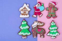 在明亮的背景的美丽和鲜美圣诞节酥皮点心 免版税库存照片