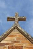 在明亮的蓝天的一个教会十字架 免版税库存照片