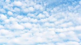 在明亮的蓝天的白色云彩 图库摄影