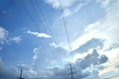 在明亮的蓝天的许多云彩 免版税库存照片