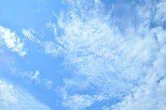 在明亮的蓝天的许多云彩 免版税图库摄影