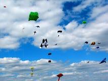 在明亮的蓝天的风筝 免版税库存图片