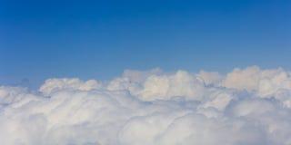 在明亮的蓝天backgound,平面窗口视图的云彩 免版税库存图片