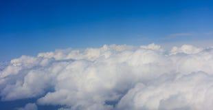 在明亮的蓝天backgound,平面窗口视图的云彩 免版税图库摄影