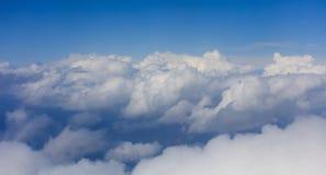 在明亮的蓝天backgound,平面窗口视图的云彩 库存图片