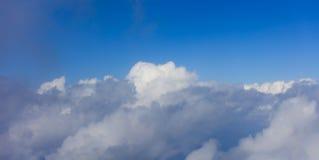 在明亮的蓝天backgound,平面窗口视图的云彩 库存照片