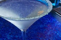 冰冷的马蒂尼鸡尾酒-蓝色背景 库存图片