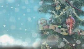 在明亮的蓝色背景的圣诞树 库存图片
