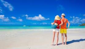 在明亮的衣裳的夫妇在普拉兰岛,塞舌尔群岛的一个热带海滩 免版税库存图片