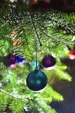 在明亮的被阐明的圣诞节的多色的圣诞节球 免版税库存图片