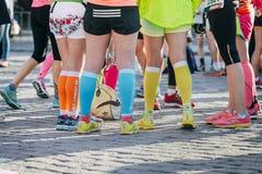 在明亮的运动鞋的女孩腿 库存图片