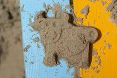 在明亮的长凳的沙子母牛 库存照片