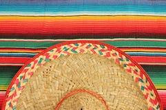 在明亮的颜色的墨西哥节日雨披地毯与如此 库存图片