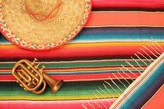 在明亮的颜色的墨西哥节日雨披地毯与如此 免版税库存图片