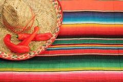 在明亮的颜色的墨西哥节日雨披地毯与阔边帽 免版税库存图片