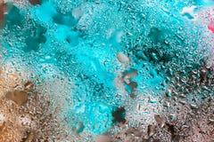 在明亮的颜色的抽象背景与雨珠,被弄脏的样式 现代样式、墙纸或者横幅的生动的色彩 库存图片