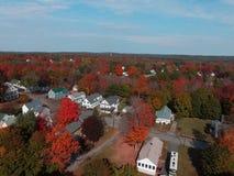 在明亮的颜色的秋天叶子在缅因 库存照片