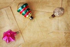 在明信片的减速火箭的玻璃圣诞节玩具 库存图片