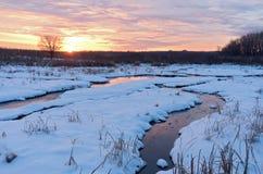 在明尼苏达谷野生生物保护区的日落在冬天 库存图片