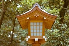在明治神宫的传统日本木灯笼 免版税库存图片