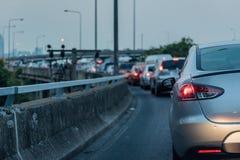 在明确途中的交通堵塞在高峰时间 免版税库存图片