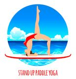 在明轮轮叶的妇女实践的一口瑜伽在海海洋传染媒介例证 背景峡湾光芒海运星期日 向量例证