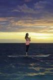 在明轮轮叶的日出瑜伽 免版税库存图片