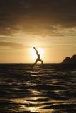 在明轮轮叶的日出瑜伽 库存图片