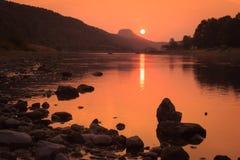 在易北河的日落 库存照片