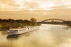 在易北河的游轮 图库摄影