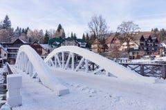 在易北河的白色桥梁在冬天,滑雪胜地Spindleruv mlyn,捷克共和国 免版税库存照片