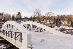 在易北河的白色桥梁在冬天,滑雪胜地Spindleruv mlyn,捷克共和国 免版税库存图片