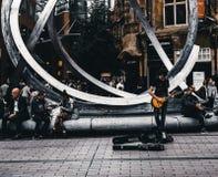 在星巴克咖啡前面的音乐家 免版税图库摄影