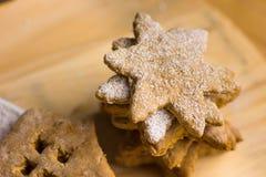 在星形状搽粉的,自创圣诞节姜饼曲奇饼,在木委员会,关闭  免版税库存照片