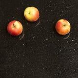 在星星系花岗岩柜台的多彩多姿的苹果 免版税库存图片