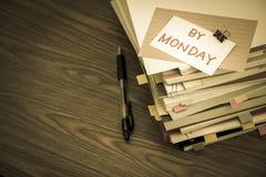 在星期一之前;堆在书桌上的商业文件 图库摄影
