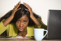 在星期一年轻有吸引力不快乐和被用尽的黑非裔美国人妇女工作懒惰在办公计算机书桌感觉overwhe 免版税库存图片