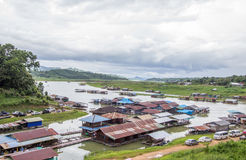 在星期一bridgeUttama Nusorn桥梁附近的浮动房子在Sangkhlaburi区,北碧省,泰国 Thailand's最长的w 免版税库存照片