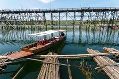 在星期一Sangkhlaburi, Thaila桥梁和竹子木筏的小船游览  免版税库存图片